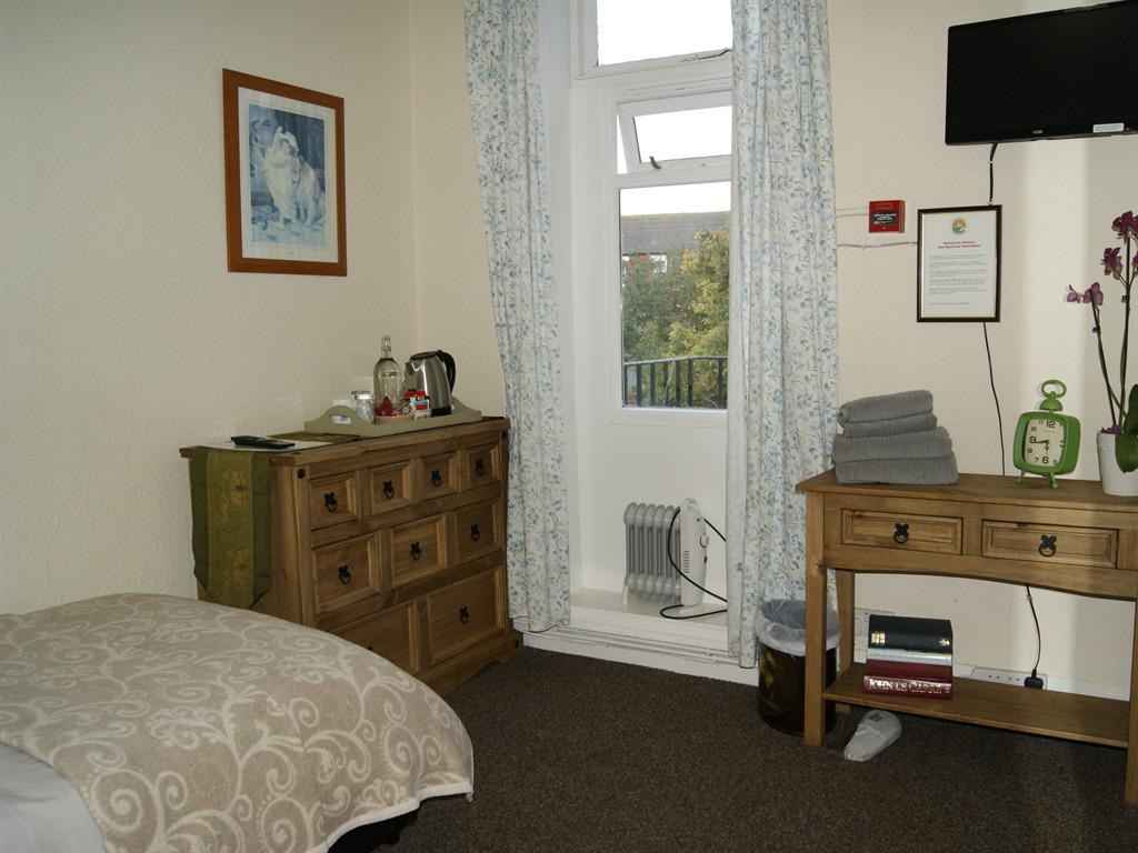 Single Room with en suite shower - non sea view - 1st floor