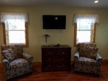 Deluxe Queen Cottage TV area