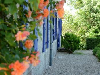 Le long du manoir coté jardin