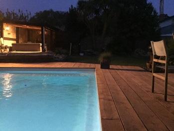 La piscine chauffée et le jacuzzi couvert