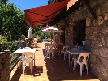 Terrasse plein sud pour prendre petits déjeuners, rafraîchissement,thé, repas du soir.