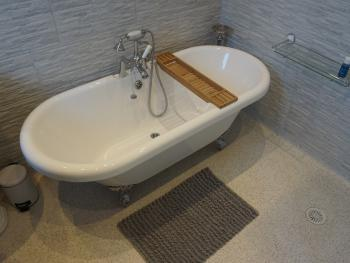En-suite bath for super king size - Monopoly