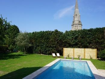 La piscine au pied de l'Eglise