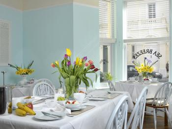 Sea Breezes Guest House - Fresh clean and bright dining room to enjoy a delicious breakfast