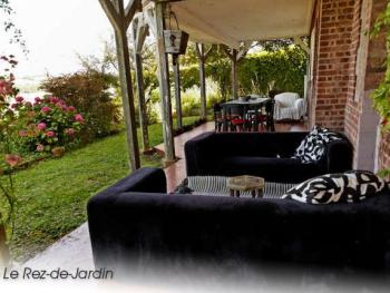 Le Gîte Jardin : la terrasse couverte côté mer.
