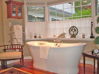 Luxurious Bath and Italian Soaking Tub in the Berllan Glyn Grande Welsh King Suite