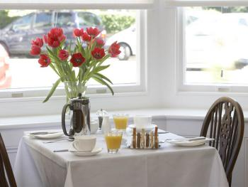 Harbour House - Breakfast served in the light and airy dining room