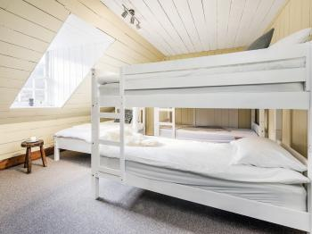 Guest room with bunk beds in Deanich Lodge