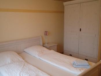 Doppelbett oder zwei Einzelbetten-Gemeinsames Badezimmer