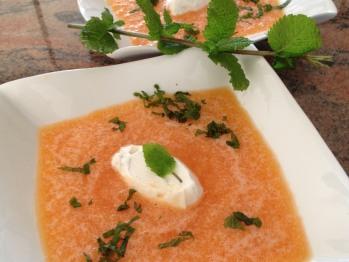 soupe de melons avec quenelle fromage de chèvre