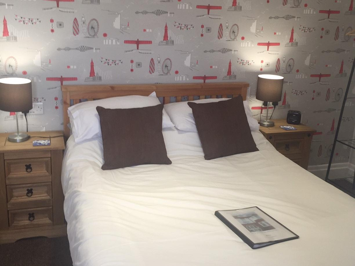 Double room-Comfort-Ensuite with Shower-Street View