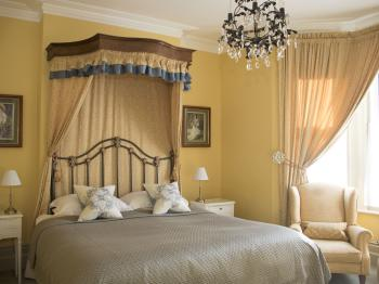 Albert & Victoria Guest house - Enjoy a sea view from the bay window or relax in the Alice's comfortable super king size bed