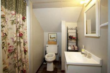 Queen Suite Bathroom. Carrage house