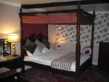 Executive king bed four poster