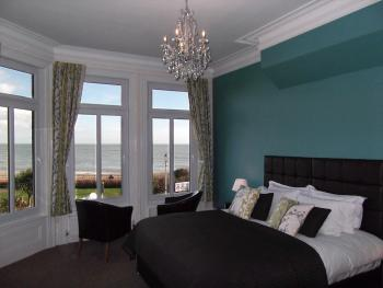 Pebble Beach - Relax with a Sea View in Room 3