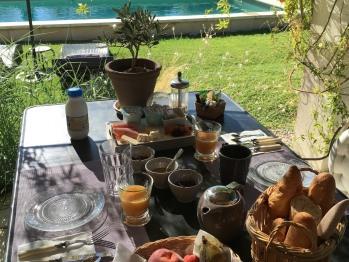 Petit déjeuner continental servi en terrasse l'été, face à la piscine