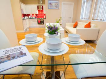 Shepherd Apartments - Stylish dining area