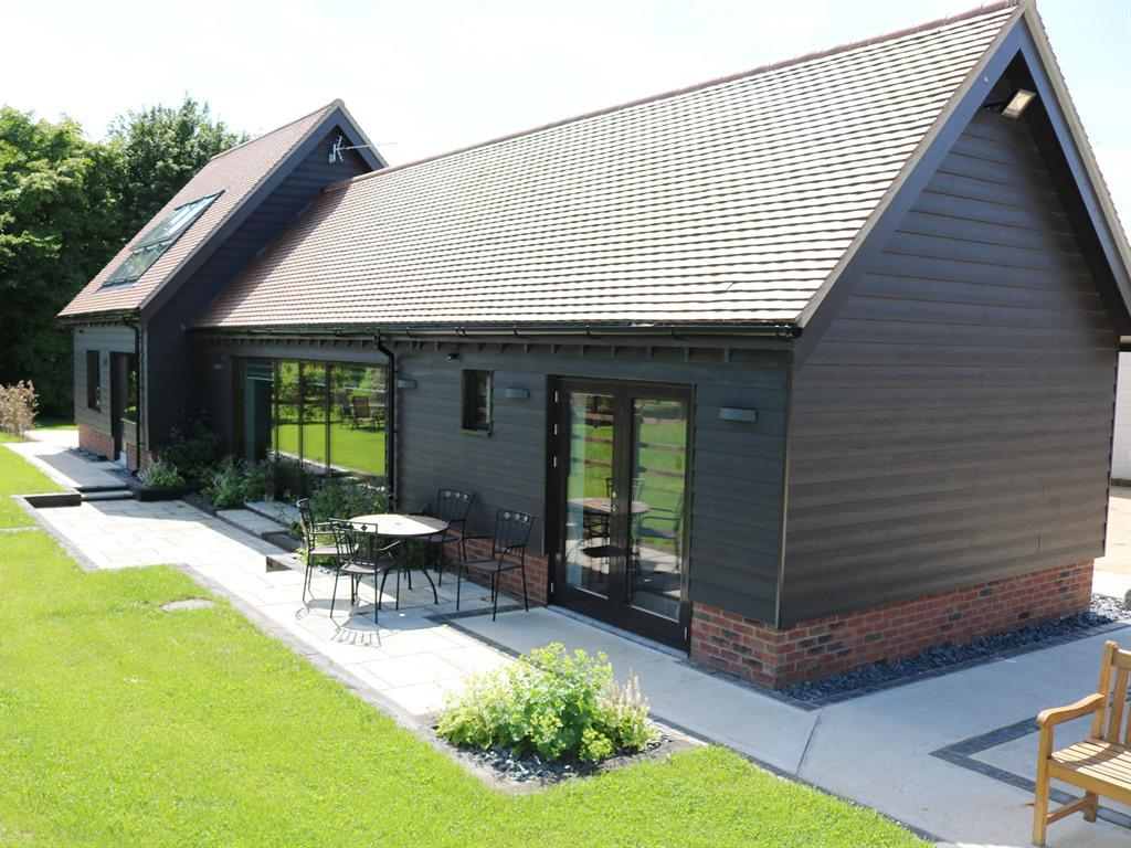 The Bull Pen: easy parking, tranquil view across meadowland and good broadband (70Mb/s) with WiFi throughout.