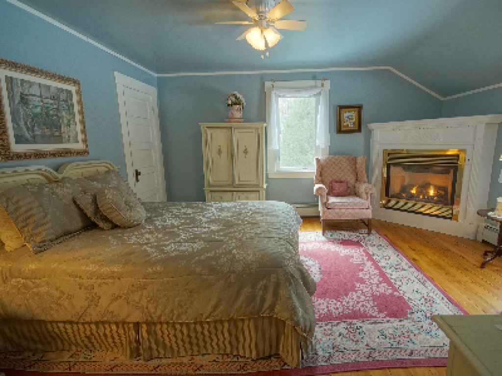 Queen-Ensuite with Bath-Superior-Countryside view-Governor's Island Room #3 - Base Rate