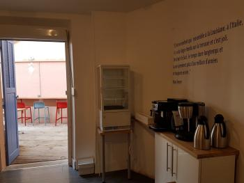 Salle de petit-déjeuner ouverte sur patio