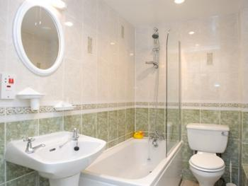 Example en-suite with Bath