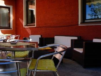 Hotelterrasse mit gemütlicher Sitzmöglichkeit