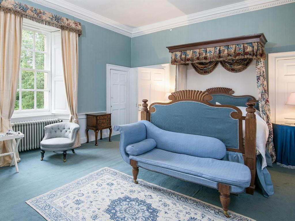 The Blue Room - Queen Ensuite with Bath and Shower