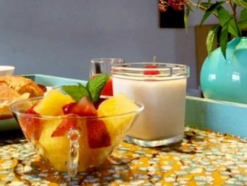 Yaourts maison et salade de fruits frais