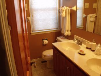 Private ensuite bathroom (Gardenview room)
