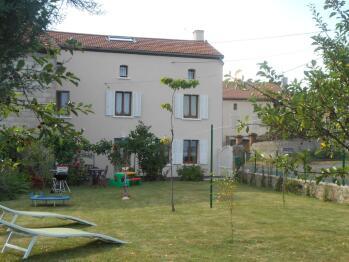 Gîte Vacances en Auvergne 146 m² avec 220 m² de pelouse avec jeux pour enfants