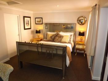 Cornflower Cottage 2 - Kingsize Bedroom with Dressing Room and En-suite