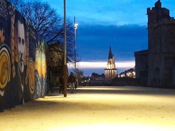 Balade nocturne aux pieds des tours de la Rochelle.