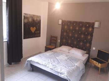 GITE BLEU 5 personnes : chambre lit 140 en rdc avec salle d'eau privative