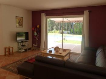 Salon, TV - Accès sur la terrasse, jardin et piscine