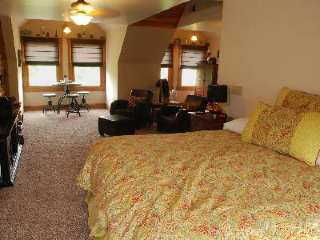 Lookout Suite-King-Ensuite-Suite-Mountain View - Base Rate