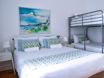 Portrush Townhouse Boutique Hostel - Family Room with Shared Bathroom