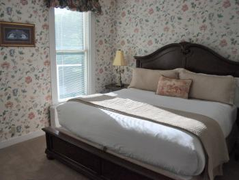 Large 2 Bedroom Suite (King & Queen Beds)