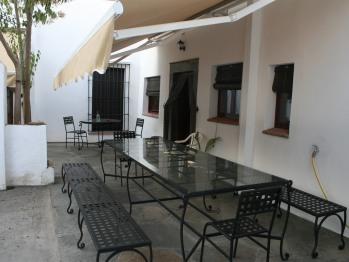 Mesa de forja para desayuno/comedor de verano o reuniones en el patio ajardinado..