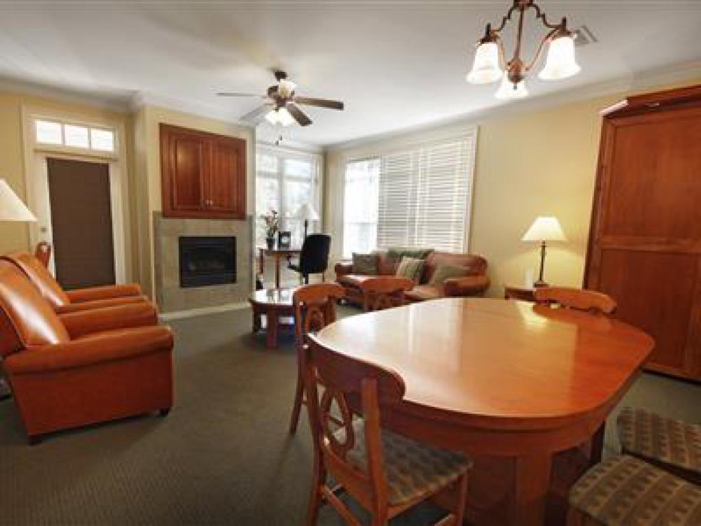 Family room-Ensuite-Suite-101 Plantation Parlor
