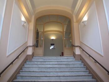 Elégant immeuble bourgeois du XIX siècle, avec escaliers très larges et sols en marbre. Les appartements sont situés au deuxième étage sur entresol.