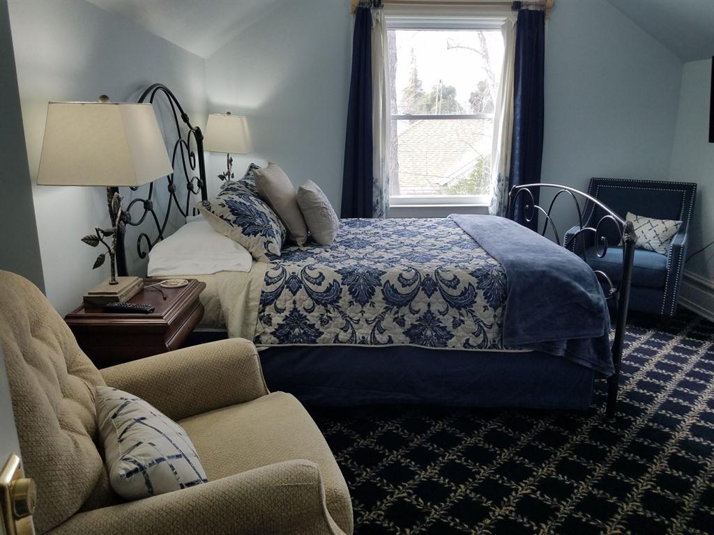 Queen-Ensuite-Standard-The Blue Hills Suite - Base Rate