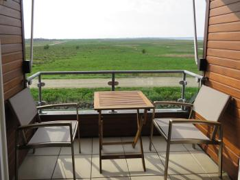 Geschützter Balkon mit freier Aussicht auf das Meer