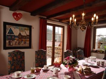 La salle à manger et le service du petit déjeuner.
