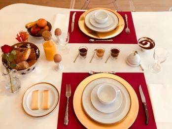 Un petit-déjeuner sucré/salé compris dans le tarif vous est servi tous les matins de 8h à 10h dans la salle à manger lumineuse avec vue sur le jardin.