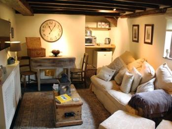 Cottage-Superior-Private Bathroom-Garden View-Hannah Scott's