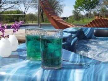 De retour de visites ou de balades, vous pourrez profiter gratuitement de la piscine chauffée au solaire et, en pleine saison, du jacuzzi de 6 places.