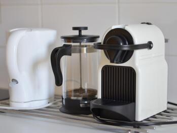 Cuisine équipée : cafetière Nespresso, bouilloire etc