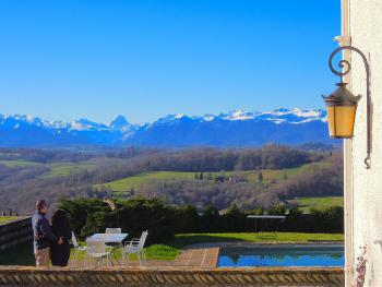 Spectacular views of the entire Py­rénées At­lan­ti­ques mountain range - Clos Mirabel is open for Christmas and New Year