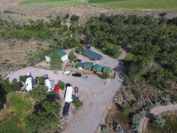 The resort is set in a quiet location 1 mile west of main street along Bullion Canyon Road. Large trees, a beautiful creek, and a large park with grass. Plenty of parking for trucks with trailers. Ver