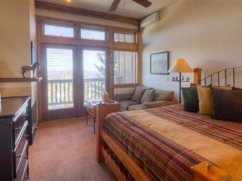 Black Horse Queen Lodge Room